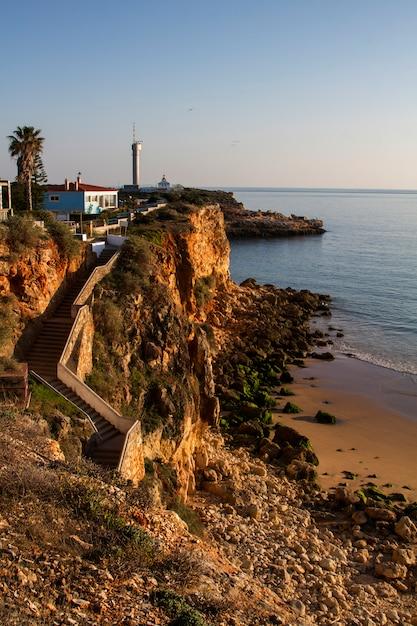 Opinião da paisagem das praias perto de ferragudo, portugal. Foto Premium