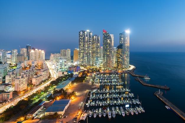 Opinião da skyline da cidade de busan no distrito de haeundae, praia de gwangalli com o cais do iate em busan, coreia do sul. Foto Premium