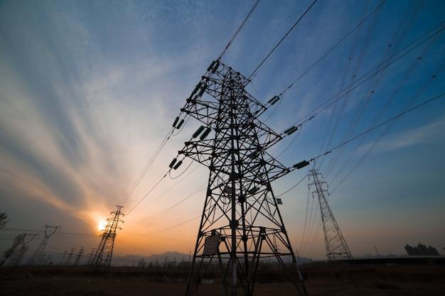 Opinião da torre de luz no por do sol Foto gratuita