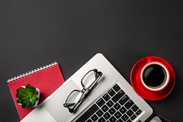 Opinião de ângulo alto da mesa do homem de negócios com organizador, pena, vidros e portátil. Foto Premium