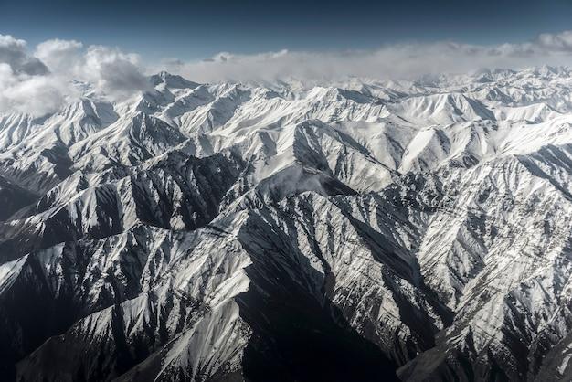 Opinião de ângulo alto da montanha da neve da paisagem do inverno do avião leh ladakh india. Foto Premium