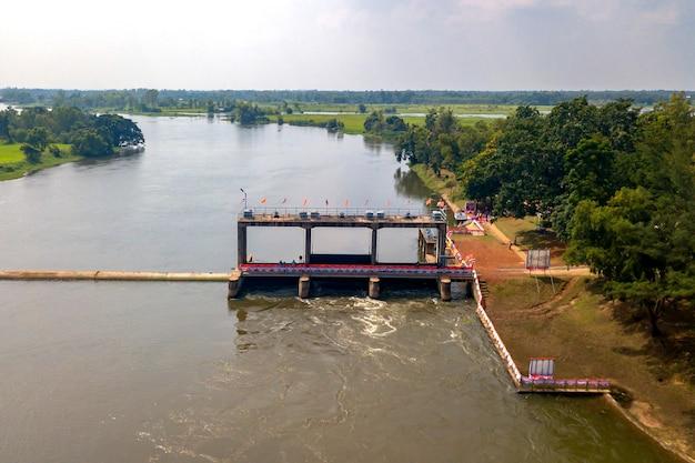 Opinião de ângulo alto surassawadi watergate que controla a quantidade de água de nong han usada na província de sakon nakhon, tailândia. Foto Premium