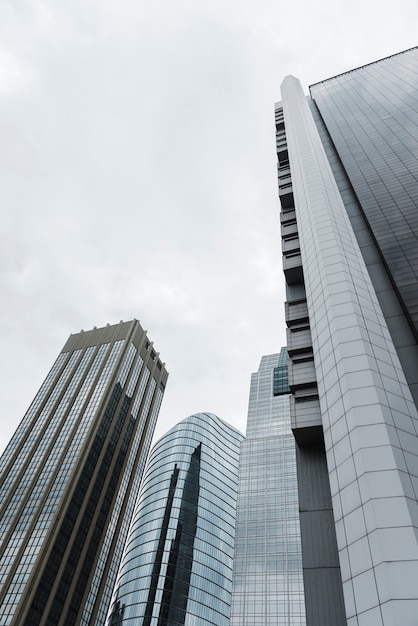 Opinião de edifícios altos de baixo ângulo Foto gratuita