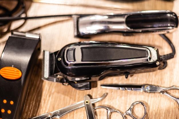 Opinião do close up de ferramentas do hairclipper e do barbeiro. equipamento de barbearia Foto Premium