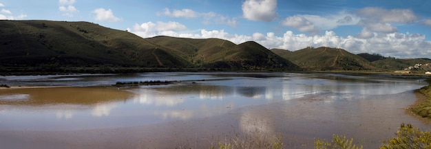 Opinião do panorama do rio bonito de arade, localizado perto de portimao, portugal. Foto Premium