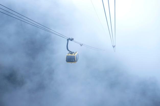 Opinião do teleférico na paisagem da montanha na montanha de fansipan em sapa, vietnam Foto Premium
