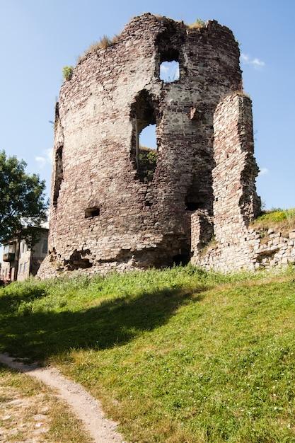 Opinião do verão para fortificar ruínas em buchach com céu bonito e nuvens, região de ternopil, ucrânia Foto Premium