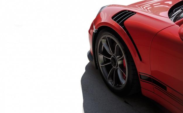 Opinião lateral vermelha de carro desportivo, roda preta com cor de prata metálica. Foto gratuita