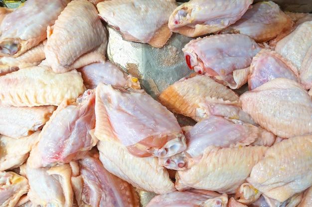 Opinião superior a galinha fresca exibida no contador do mercado de carne. Foto Premium