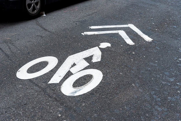 Opinião superior de sinal de estrada da bicicleta Foto gratuita