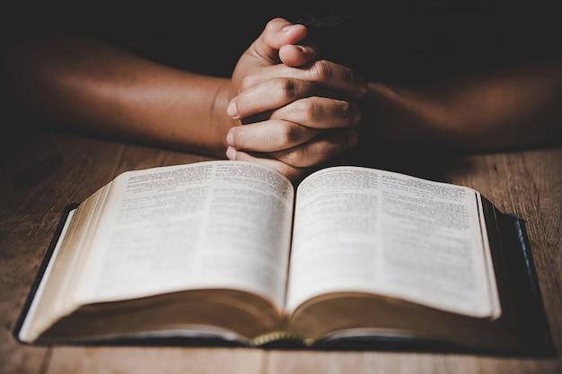 Oração da crise da vida cristã a deus. Foto gratuita