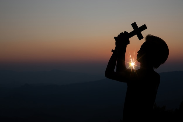 Oração espiritual, mãos, sol, brilhar, com, obscurecido, bonito, pôr do sol Foto gratuita