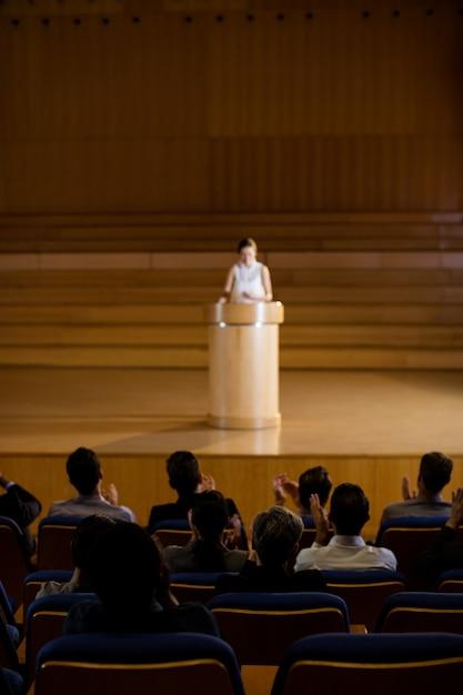 Orador aplaudindo o público após a apresentação da conferência Foto gratuita