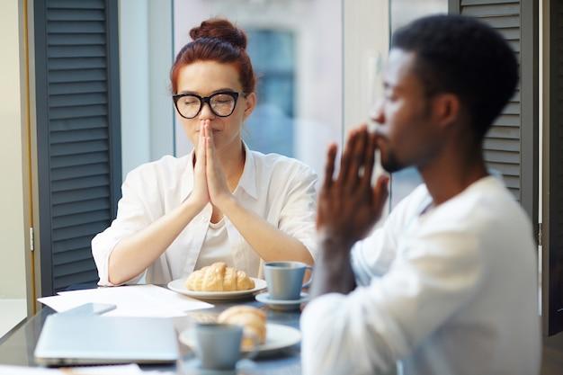 Orando antes do café da manhã Foto gratuita