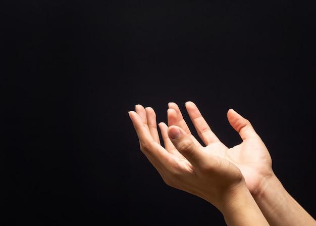 Orando com as mãos na parede escura com fé na religião e crença em deus. Foto Premium