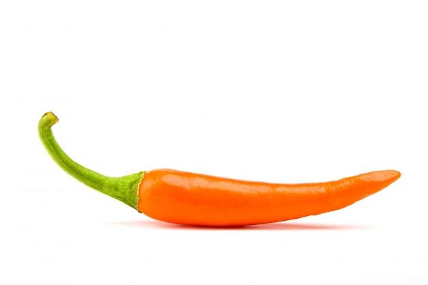 Orangr hot chili pepper isolado em um fundo branco Foto gratuita