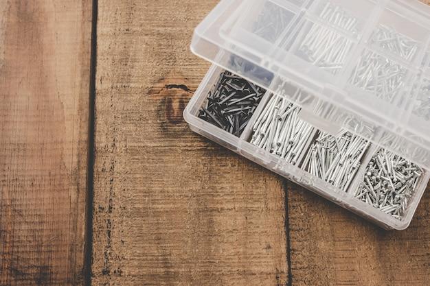 Organizador de unhas. diferentes tamanhos de unhas organizadas em uma caixa de plástico. Foto Premium