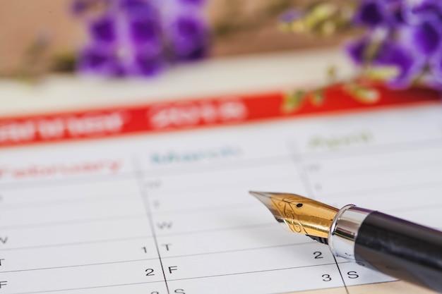 Organizador pessoal ou planejador com caneta-tinteiro na mesa de madeira. Foto Premium