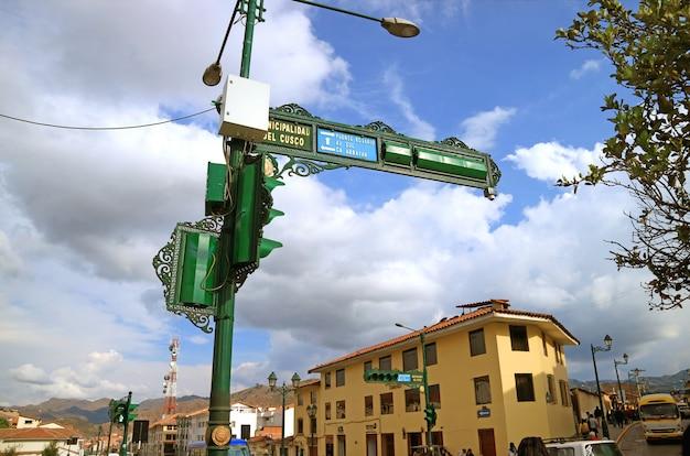 Orientação urbana de estilo antigo lindo e sinal de trânsito na avenida el sol, a principal avenida em cusco do peru Foto Premium