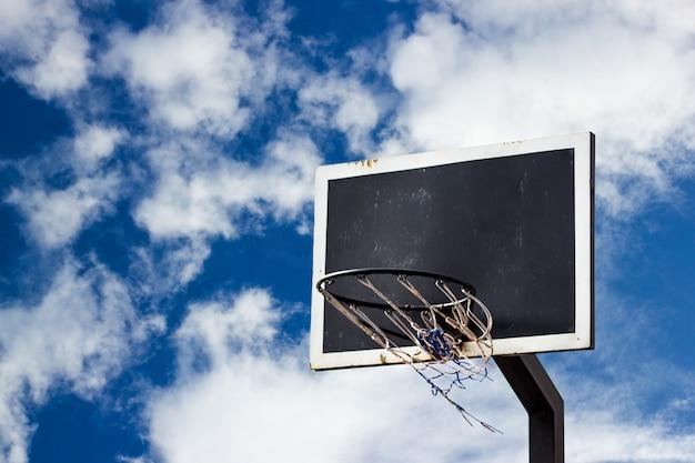 Origens de tabuleiro de basquete de rua no céu azul Foto Premium
