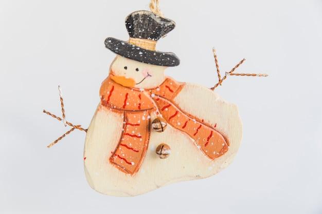 Ornamentos de boneco de neve de madeira no fundo branco Foto gratuita
