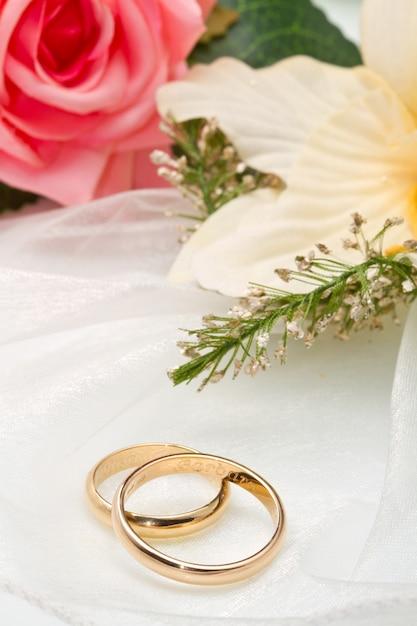 Orquídeas brancas e rosa rosa e anéis de casamento Foto Premium