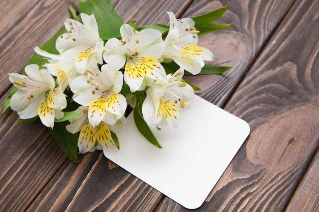 Orquídeas pequenas das flores brancas macias em um fundo de madeira marrom Foto Premium