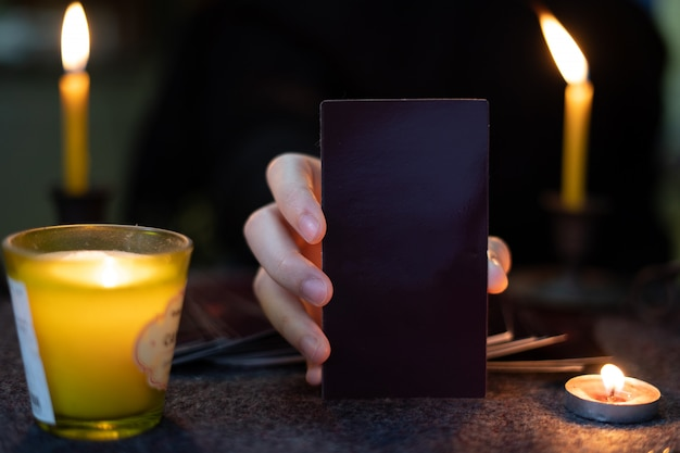 Os adivinhos ciganos estão prevendo horóscopos para os clientes que usam cartões ciguais preditivos. Foto Premium