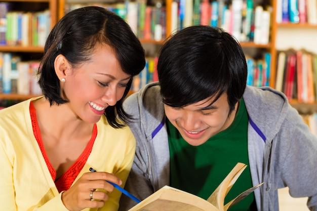 Os alunos da biblioteca são um grupo de aprendizado Foto Premium