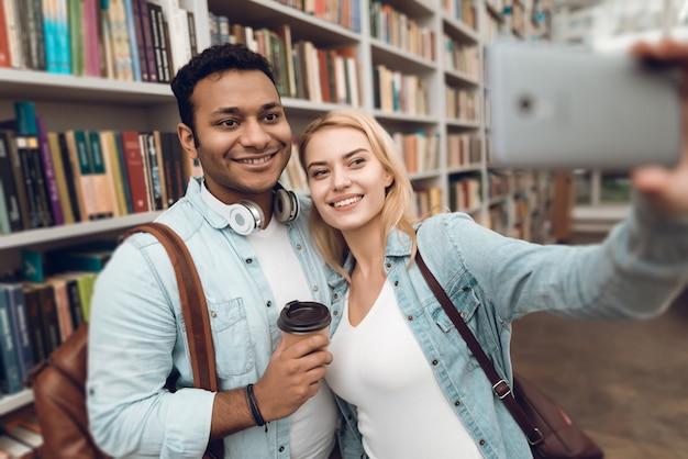Os alunos estão tomando selfie no telefone. Foto Premium