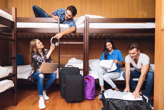 Os amigos desempacotam bagagens e ouvem música. Foto Premium