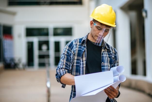 Os arquitetos mantêm o plano de construção e verificam o trabalho. Foto gratuita