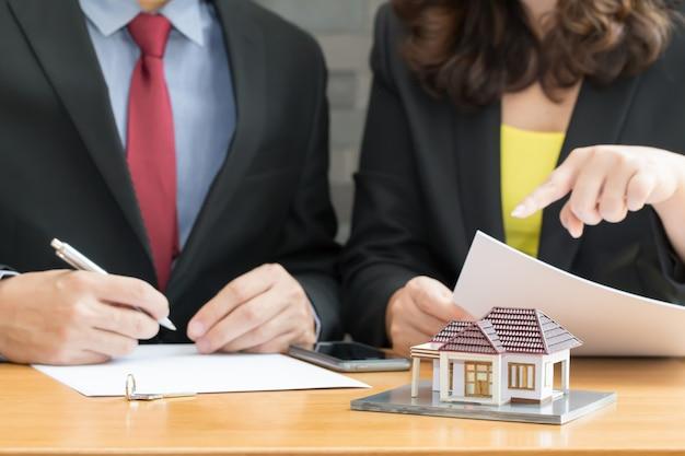 Os bancos aprovam empréstimos para comprar casas. vender o conceito de casa Foto Premium
