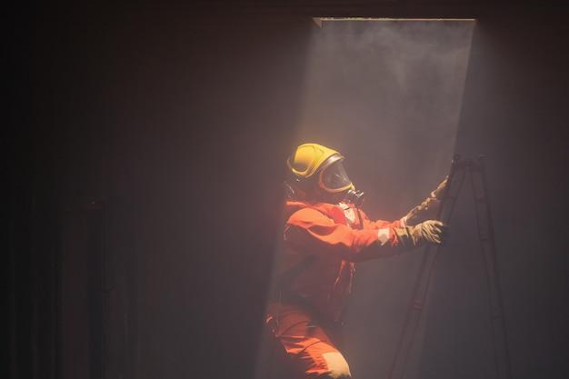 Os bombeiros foram resgatar o fogo da chaminé acima. Foto Premium