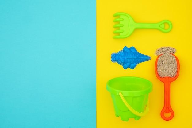 Os brinquedos das crianças coloridos do grupo para jogos do verão na caixa de areia ou no sandy beach. fundo copyspace Foto Premium