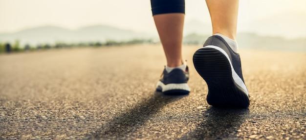 Os calçados dos corredores estão preparados para deixar o ponto de partida. Foto Premium