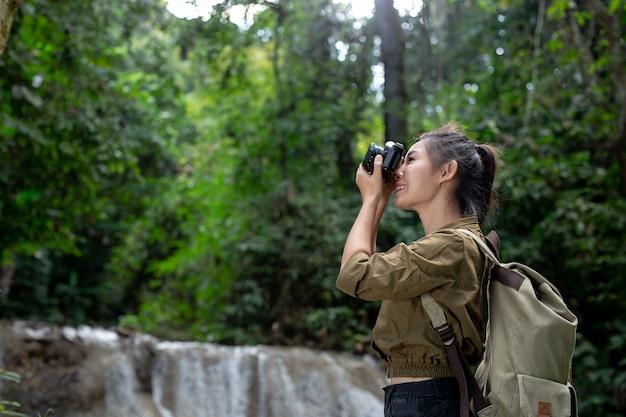 Os caminhantes femininos tiram fotos de si mesmos Foto gratuita