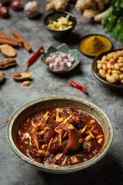 Os caranguejos de hunglae com especiarias e carne de porco, alimento local em tailândia do norte. Foto gratuita