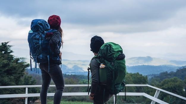 Os casais asiáticos viajam natureza nas montanhas no inverno. campo natural do toque no doi inthanon em tailândia. Foto Premium