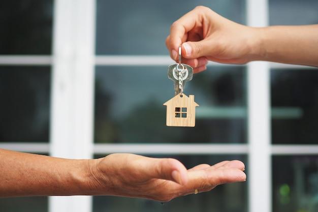 Os compradores home estão levando as chaves para casa dos vendedores. Foto Premium