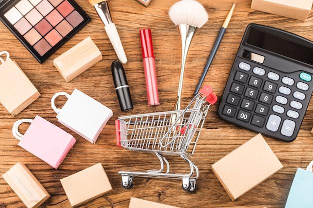 Os consumidores usam o conceito de compras pela internet Foto gratuita
