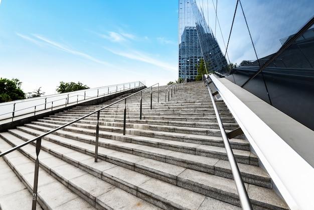 Os degraus vazios estão no centro financeiro, chengdu, china Foto Premium