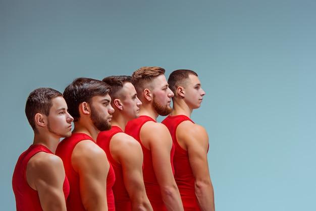 Os dois homens caucasianos acrobáticos ginásticos Foto gratuita