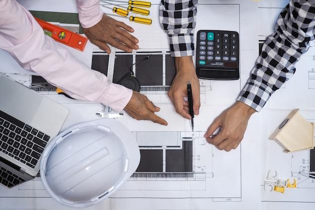 Os empreiteiros e engenheiros do projeto consultam sobre o algoritmo da construção civil Foto Premium