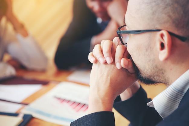 Os empresários estão cumprindo planos para resolver a empresa são perdas. reuniões de negócios, planejamento, negociação, resolução de problemas Foto Premium