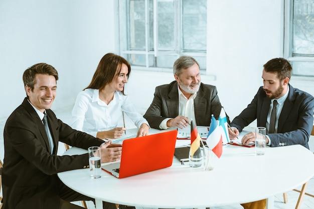 Os empresários trabalhando juntos na mesa. Foto gratuita