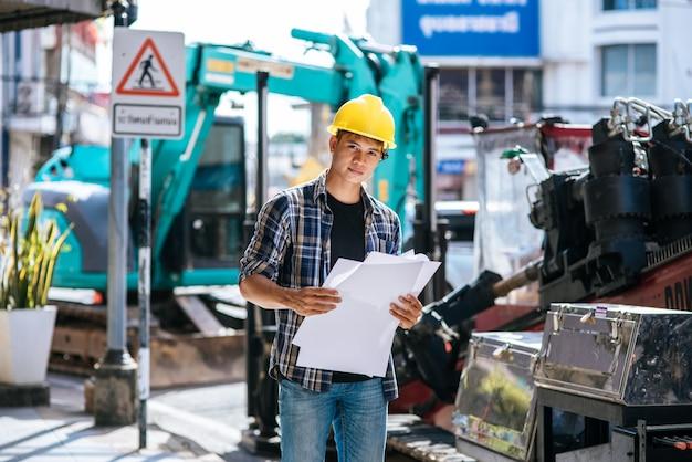 Os engenheiros civis trabalham em grandes condições de estradas e máquinas. Foto gratuita