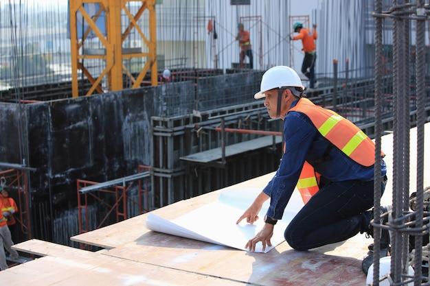 Os engenheiros estão monitorando a construção dos arranha-céus exatamente como projetados Foto Premium