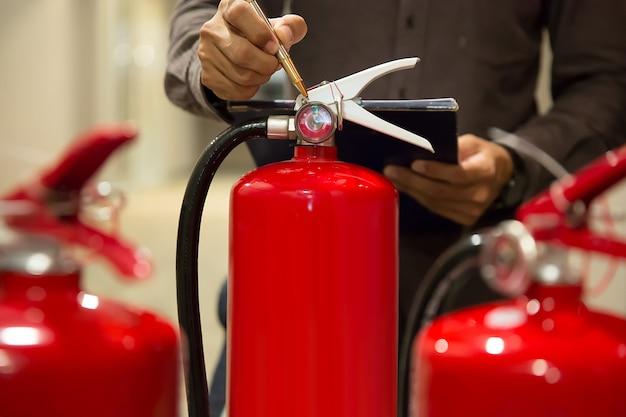 Os engenheiros estão verificando os extintores de incêndio. Foto Premium