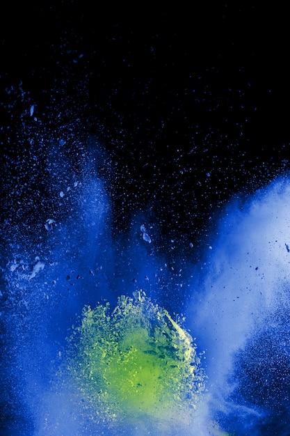 Os formulários estranhos do pó azul explodem a nuvem no fundo preto. Foto Premium
